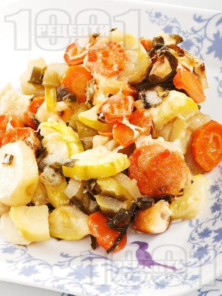 Задушени зеленчуци - тиквички, картофи, моркови и зеле с кашкавал, масло, копър и чесън в тава на фурна - снимка на рецептата